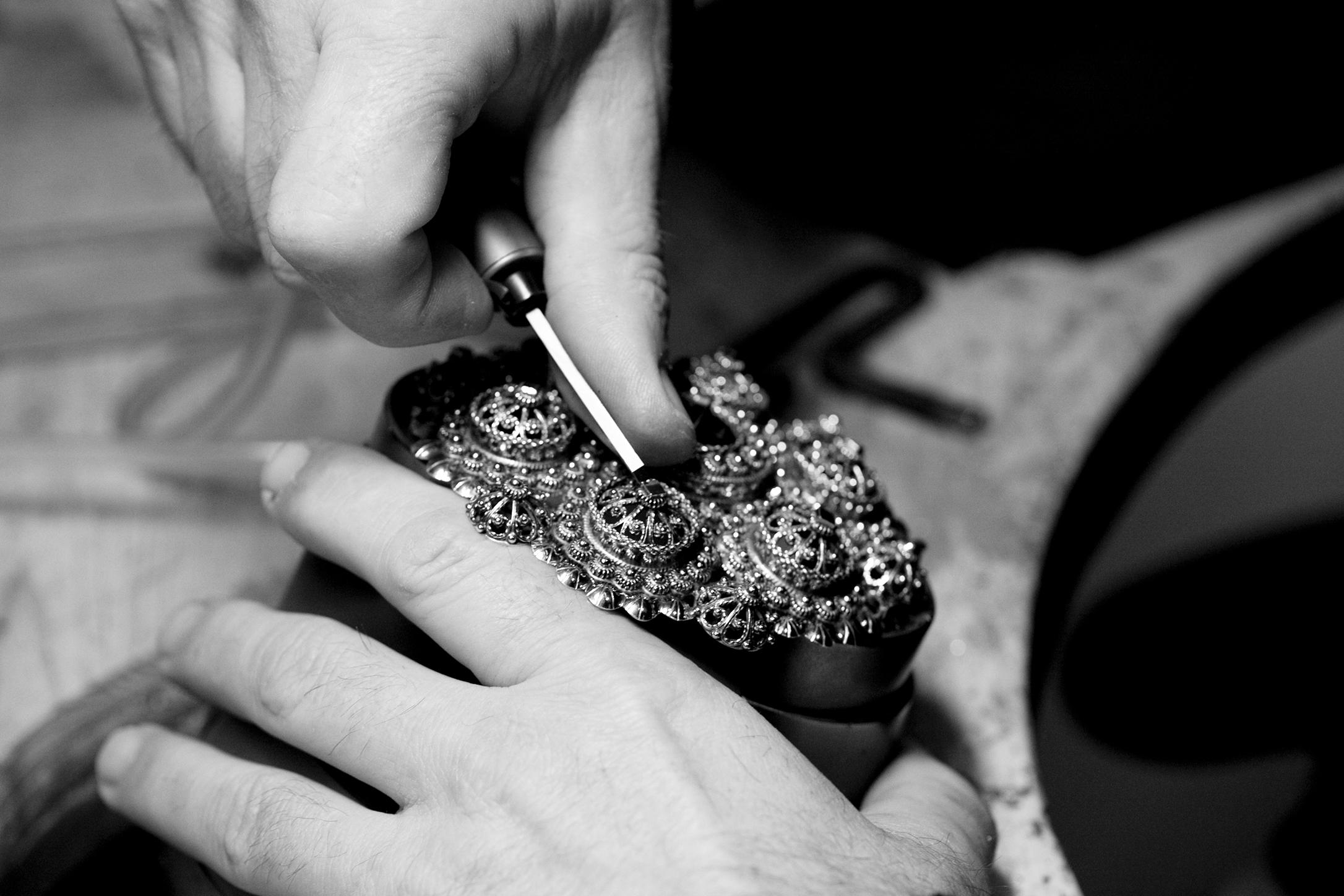–Det er mange hender som med iver og glede arbeider, filer eller pussar på ei sølje frå produksjonen byrjar til du står med sølja i handa. Når ein byrjar sjå slik på det, er det rimeleg handverk.