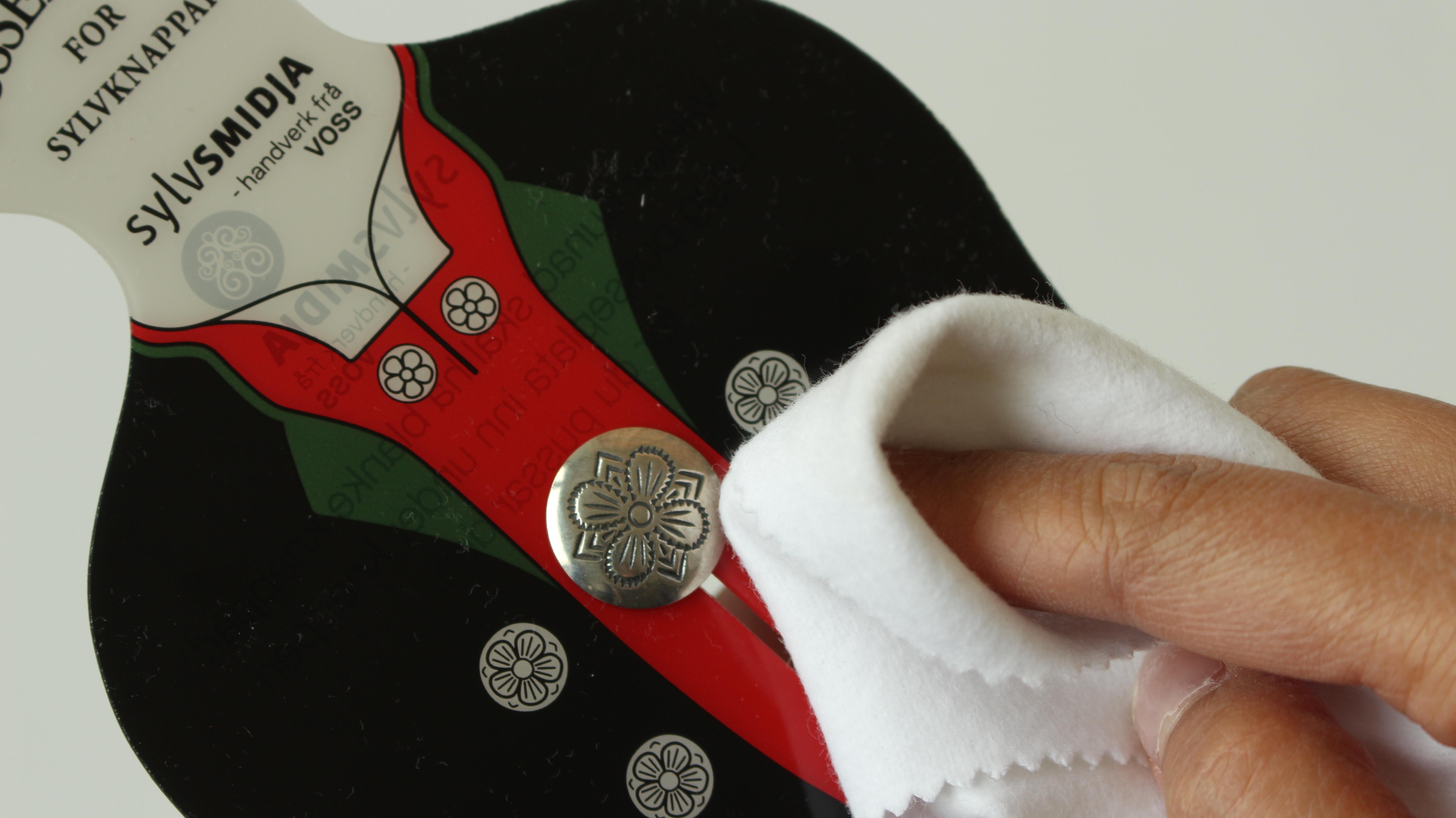 . Det finst pussebrett som gjerne kan brukast på knappar og som vil verna bunadsstoffet.