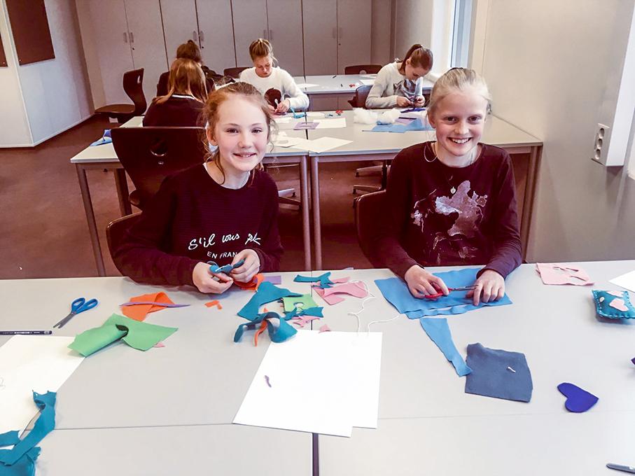 Frida-Sofia og Mari jobber med Kunst&Håndverk