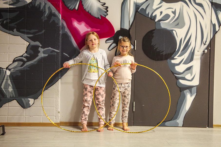 Akrobatikk: Josefine Nilsen (5) og Timea Sandal Olsen (5)