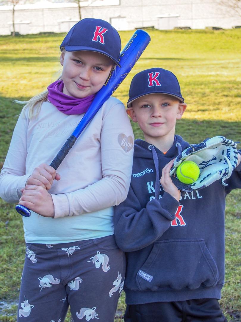 Etter å ha sett lillebror Mathias (7) spille baseball i fjorårets sesong, fikk Cecilie Melbye Juhl-Thomsen (9) lyst til å teste ut idretten selv.