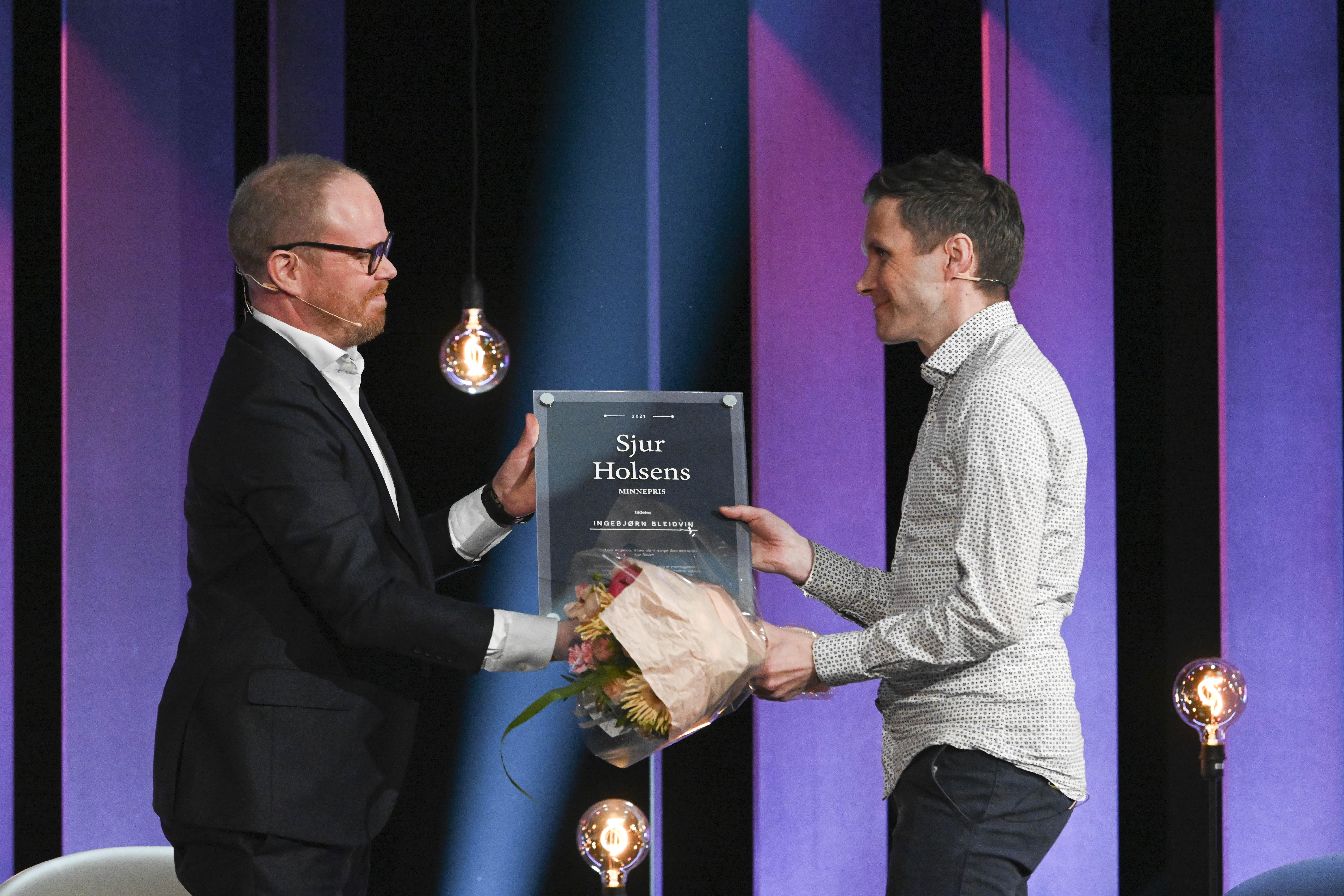 Gard Steiro deler ut Sjur Holsens minnepris til Ingebjørn Bleidvin.